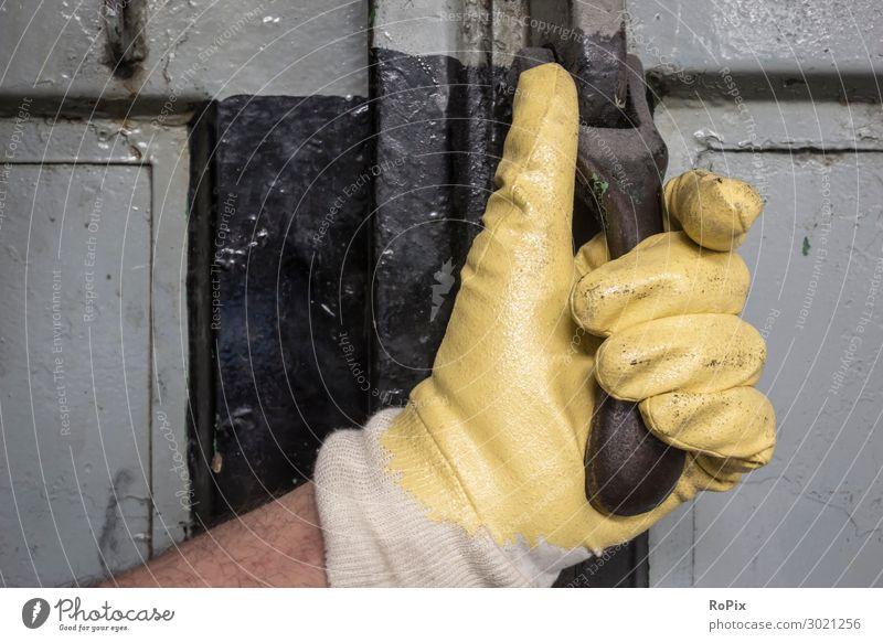 Industrielle Tür und Hand mit Schutzhandschuh. Türklopfer 50: Tür Türschloss Löwe Türklinke türbeschlag door Gebäude Haus Holz blau Eisen alt antik Geschichte