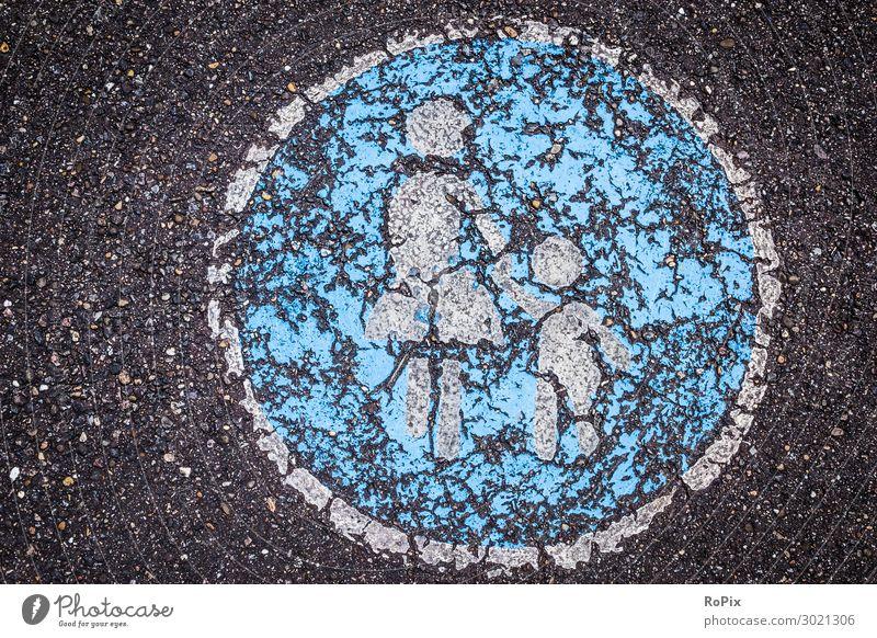 Auf dem Gehweg etwas abgetreten. Straße Verkehrsführung Verkehrssicherheit Verbundsteine Stadt urban Stadtansichten traffic Piktogramm Symbol Radweg bicycle