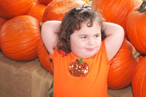 Kind Mensch Mädchen Gesicht Herbst feminin Haare & Frisuren orange Zufriedenheit Lächeln Kindheit Fröhlichkeit Bekleidung niedlich T-Shirt Veranstaltung
