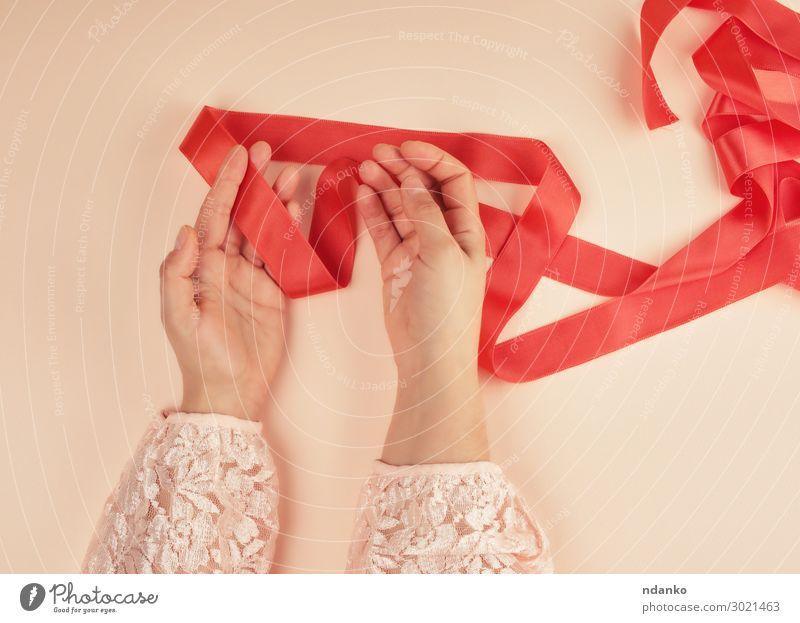 zwei weibliche Hände und rotes Seidenband Design Dekoration & Verzierung Feste & Feiern Valentinstag Geburtstag Frau Erwachsene Hand Paket Schnur glänzend grün