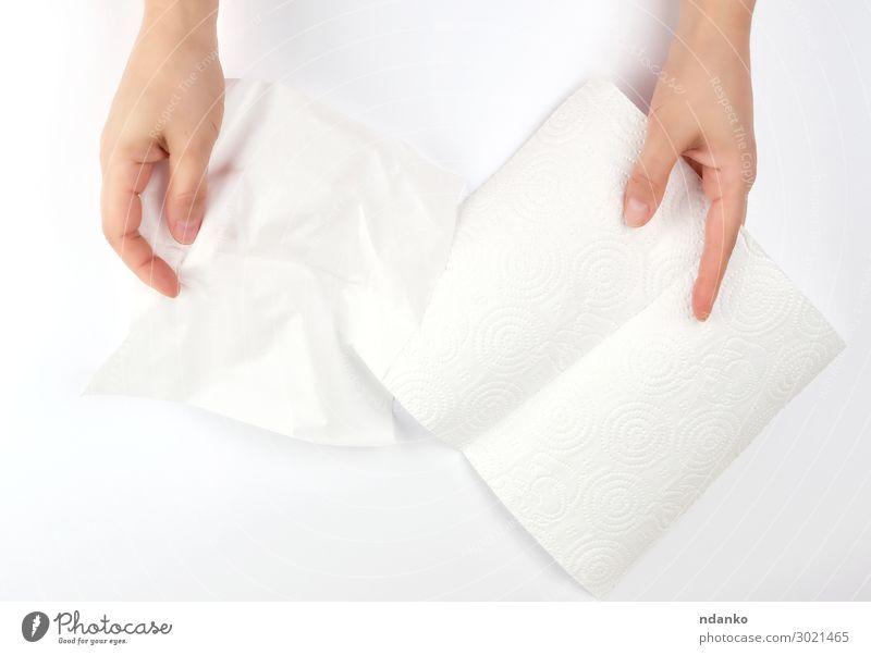 Hände halten eine saubere weiße Papierserviette. Körper Haut Mensch Frau Erwachsene Arme Hand Finger Sauberkeit weich Schutz Hintergrund blanko Pflege Kaukasier