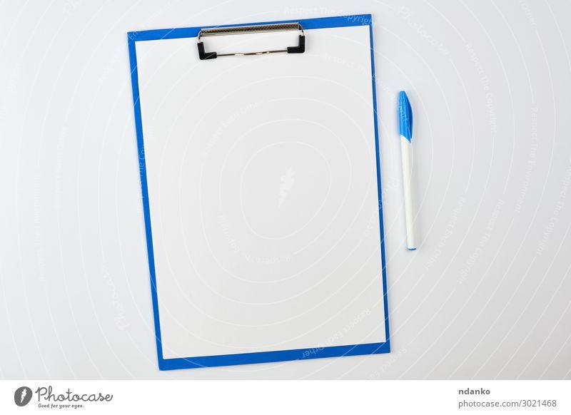 blauer Papierhalter auf weißem Hintergrund Design Schule Büro Business Schreibstift Aktenordner schreiben Farbe Idee blanko Holzplatte Checkliste Magazin