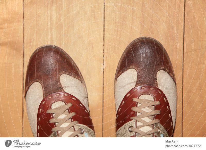 Schnürschuhe Mode Bekleidung Schuhe gelb gold Schuhbänder Golfschuhe braun Leinen Menschenleer Bodenbelag Farbfoto Innenaufnahme Textfreiraum oben