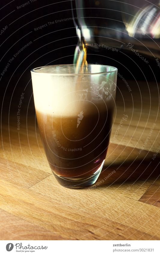 Bier eingießen Abend Nacht dunkel Party Glas Flasche Getränk trinken füllen Alkoholisiert voll halbvoll Schaum schwarz Bewegungsunschärfe Unschärfe Textfreiraum