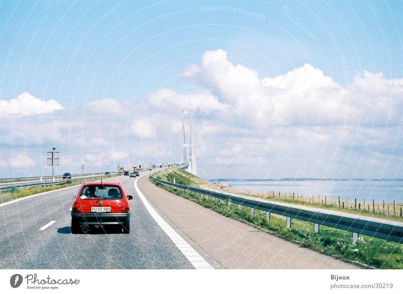 Auf zur Brücke Verkehr rot Wolken Straße Dänemark Corsa Opel Himmel Ferne