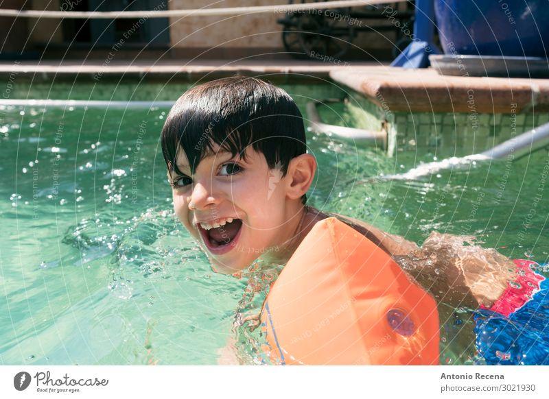 Lächelndes brünettes Kind mit Armstößen lacht. Freude Glück Schwimmbad Freizeit & Hobby Mensch Junge Mann Erwachsene Kindheit Arme klein nass Sicherheit