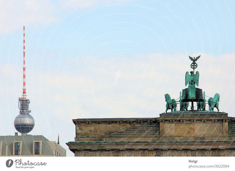 Brandenburger Tor mit Quadriga, im Hintergrund der Berliner Fernsehturm Städtereise Hauptstadt Stadtzentrum Haus Bauwerk Gebäude Architektur Fenster