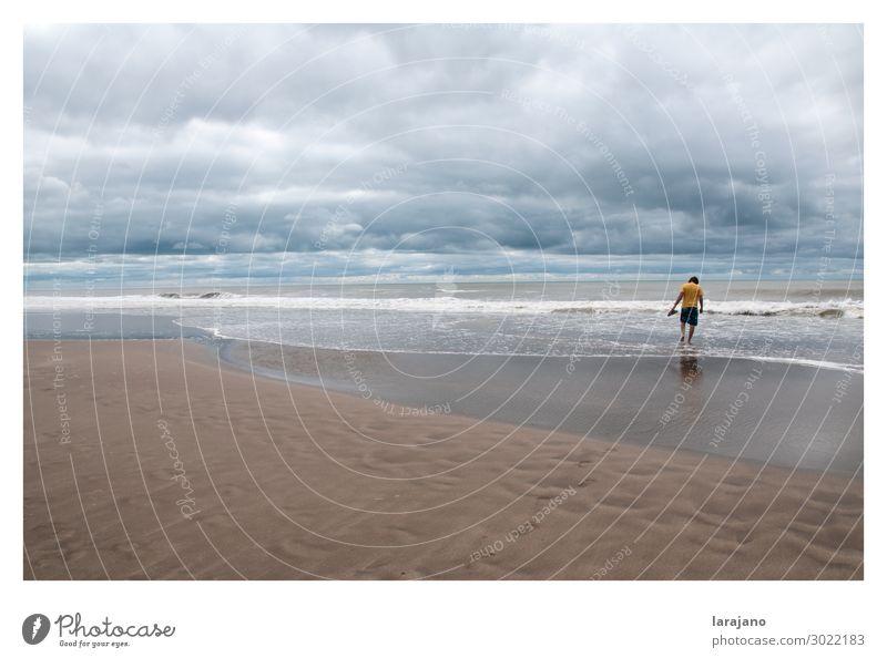 Mensch Himmel Ferien & Urlaub & Reisen Natur Jugendliche Sommer blau Wasser Junger Mann Meer Wolken Freude Strand 18-30 Jahre Lifestyle Erwachsene