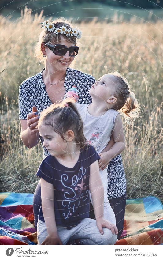 Familie verbringt Zeit zusammen auf einer Wiese Lifestyle Freude Glück Erholung Freizeit & Hobby Ferien & Urlaub & Reisen Sommer Kind Mensch Mädchen Frau