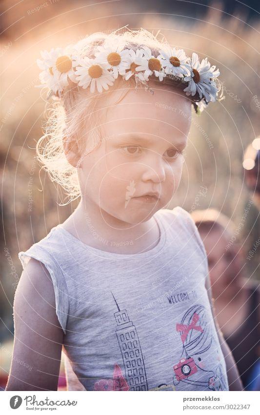 Kind Mensch Ferien & Urlaub & Reisen Natur Sommer schön grün Landschaft Blume Erholung ruhig Freude Mädchen Lifestyle Umwelt Liebe