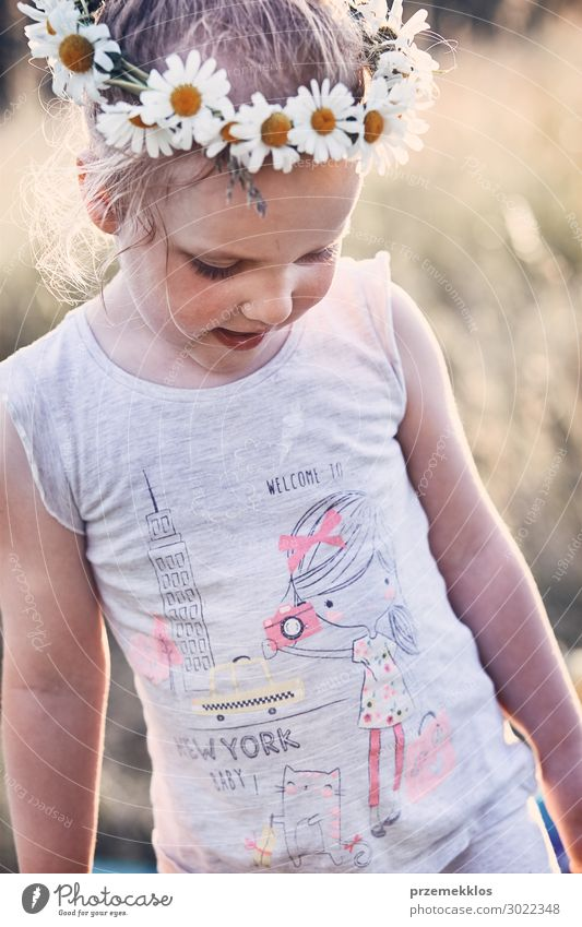Kleines Mädchen trägt einen Krönchen aus Wildblumen auf dem Kopf. Lifestyle Freude Glück Erholung Freizeit & Hobby Ferien & Urlaub & Reisen Sommer Sommerurlaub