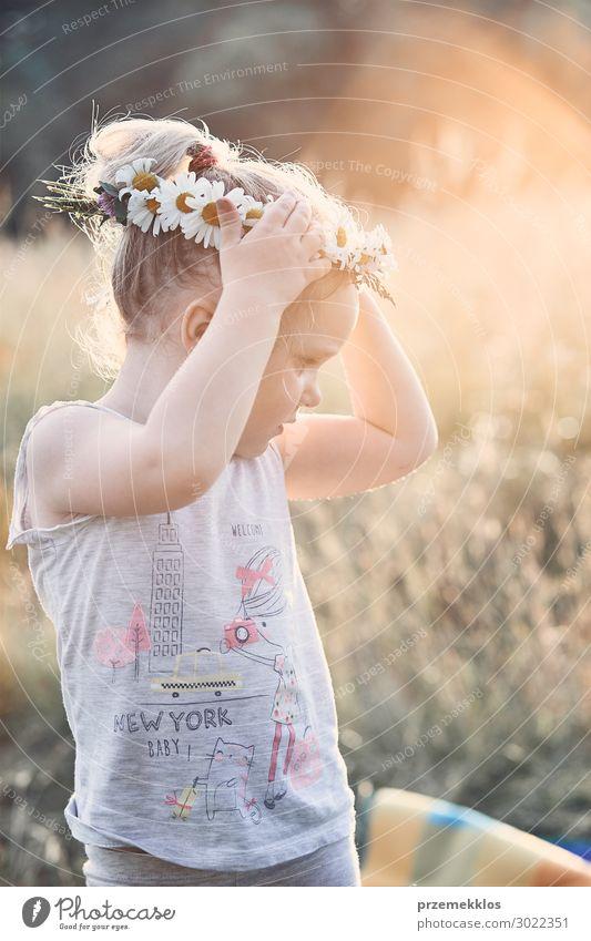 Kind Mensch Ferien & Urlaub & Reisen Natur Sommer grün Landschaft Blume Erholung ruhig Freude Mädchen Lifestyle Umwelt Liebe Blüte