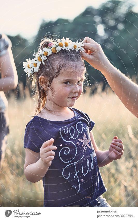 Mutter setzt einen Krönchen aus Wildblumen auf den Kopf eines Mädchens. Lifestyle Freude Glück Erholung Freizeit & Hobby Ferien & Urlaub & Reisen Sommer