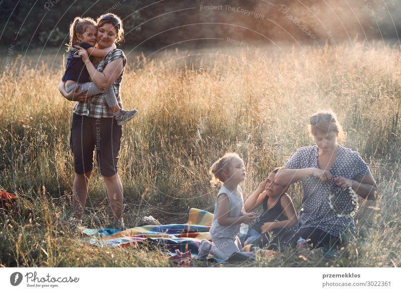 Familie verbringt Zeit zusammen auf einer Wiese Lifestyle Freude Glück Erholung Freizeit & Hobby Ferien & Urlaub & Reisen Sommer Sommerurlaub Kind Mensch