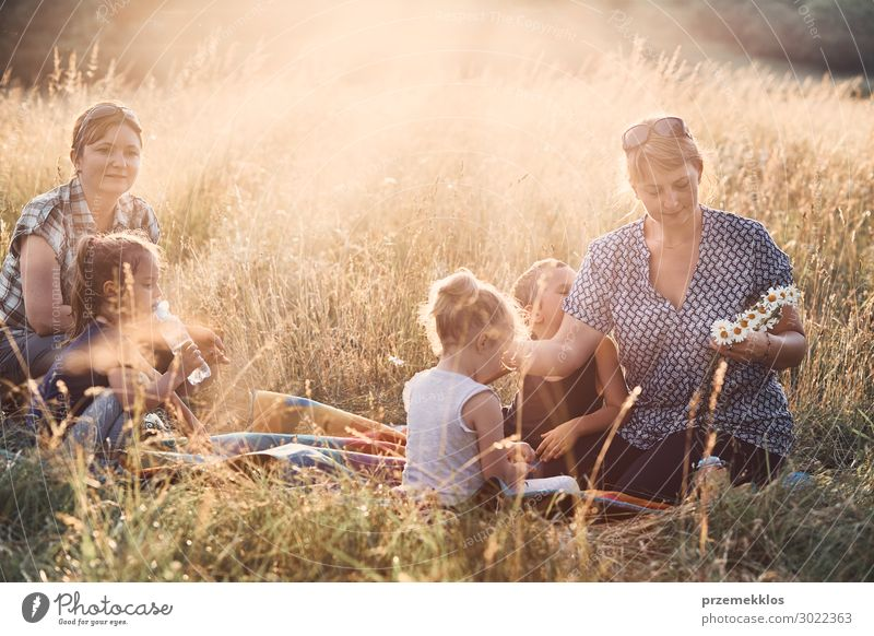 Frau Kind Mensch Ferien & Urlaub & Reisen Natur Jugendliche Junge Frau Sommer grün Landschaft Blume Erholung Freude Mädchen Lifestyle Erwachsene