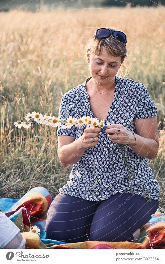 Frau Kind Mensch Ferien & Urlaub & Reisen Natur Jugendliche Junge Frau Sommer grün Landschaft Blume Erholung Freude Lifestyle Erwachsene Umwelt