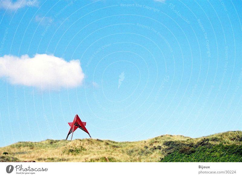 Das rote Ding Wolken Brand Turm Stranddüne UFO Dänemark Skandinavien Leuchtfeuer