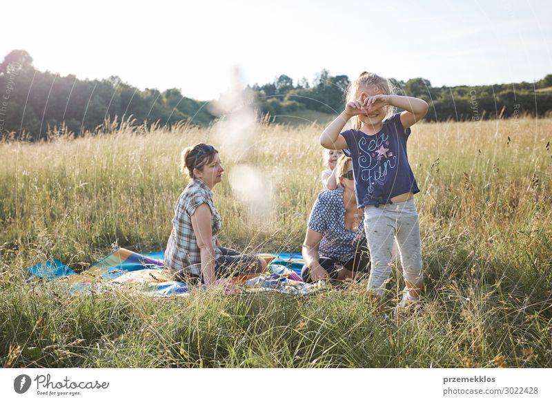 Kleines Mädchen macht eine Handbewegung für das Fotografieren. Lifestyle Freude Glück Erholung Freizeit & Hobby Ferien & Urlaub & Reisen Ausflug Abenteuer