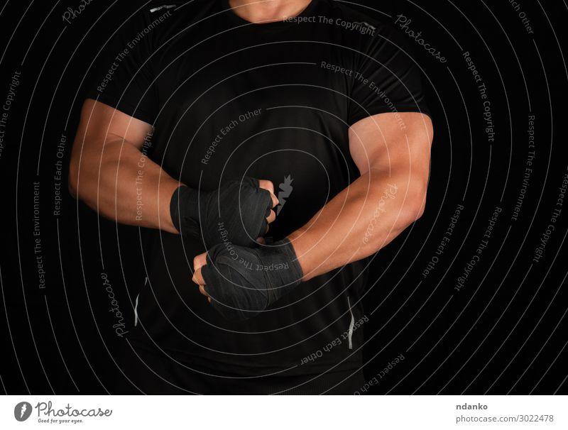 erwachsener Athlet in schwarzer Uniform steht in einem Gestell Lifestyle sportlich Fitness Sport Sportler Mensch maskulin Mann Erwachsene Hand 1 30-45 Jahre