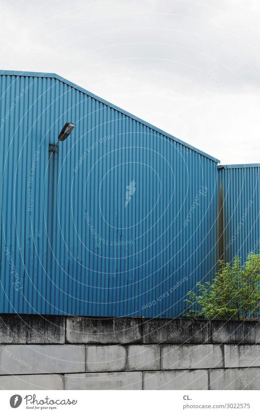 lagerhalle Himmel Wolken Baum Menschenleer Industrieanlage Fabrik Gebäude Architektur Mauer Wand Scheinwerfer trist blau Lagerhalle Fabrikhalle Farbfoto