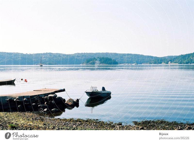 Still ruht der See Wasser ruhig Einsamkeit Wasserfahrzeug Küste Steg Schweden Fjord Skandinavien