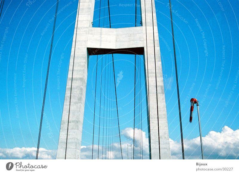 Windstill Himmel blau ruhig Beton Brücke modern Niveau Stahl Denkmal Dänemark erhaben Größe
