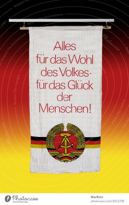 40. Jahrestag der DDR Hammer Fahne alt Parole Hintergrundbild Deutschland Symbole & Metaphern Text Wappen Redewendung Sichelmond Zirkel Farbfoto Innenaufnahme