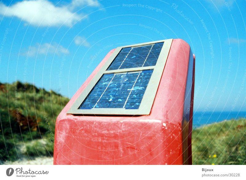 Roter Solarkasten Himmel Sonne rot Strand Wolken obskur Sonnenenergie Stranddüne Rettung Notfall