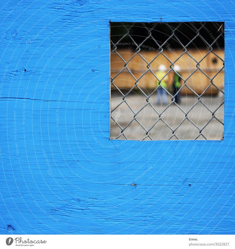Peepshow Arbeit & Erwerbstätigkeit Arbeitsplatz Baustelle Gitter Maschendrahtzaun Sichtschutz Handwerk Sitzung sprechen Team Schutzhelm 2 Mensch Mauer Wand Holz