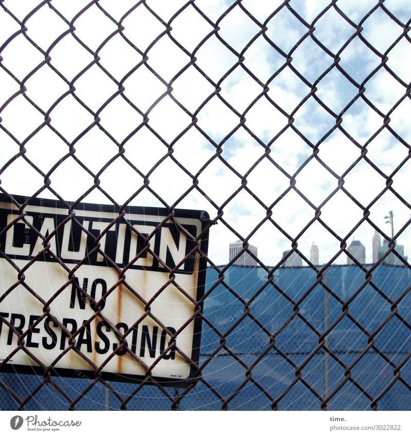 Vorwarnung Zaun Maschendrahtzaun Himmel Wolken Skyline Hochhaus Schriftzeichen Schilder & Markierungen Hinweisschild Warnschild blau selbstbewußt Schutz