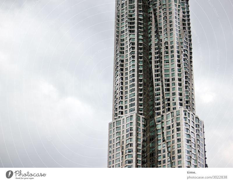 luftig | bis zugig Baustelle Himmel Wolken New York City Hochhaus Bauwerk Architektur Mauer Wand Fenster dunkel kalt grau selbstbewußt Macht Ausdauer standhaft