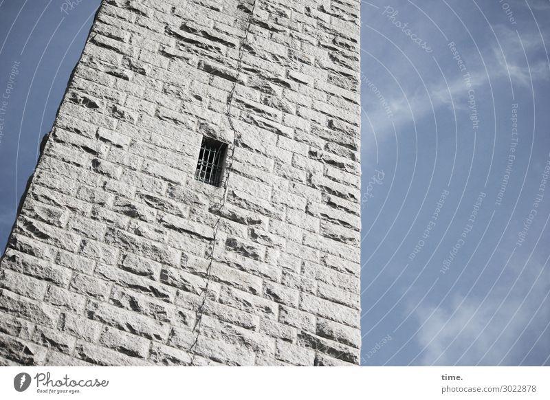 luftig | Durchzug Himmel Wolken Schönes Wetter Turm Bauwerk Gebäude Architektur Mauer Wand Fenster Gitter Blitzableiter Stein authentisch fest historisch hoch