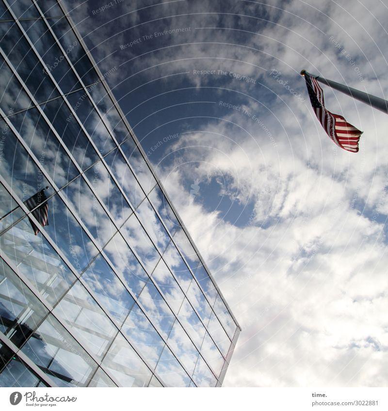 luftig | Lappen am Haken II Himmel Wolken Schönes Wetter Hochhaus Flughafen Bauwerk Gebäude Architektur Mauer Wand Fassade Fenster Luftverkehr Fahne dunkel