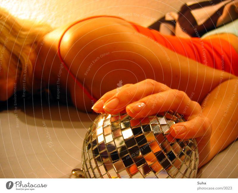Cover-Session II Discokugel Hand schlafen aufwachen Bett Reflexion & Spiegelung Makroaufnahme Nahaufnahme Kugel Arme