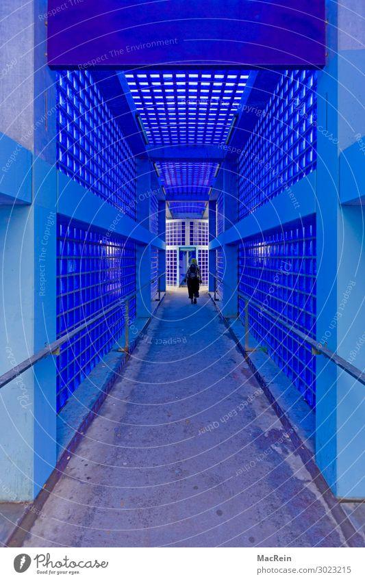 Blauer Bahnhofspassage Mensch feminin Frau Erwachsene 1 18-30 Jahre Jugendliche Bahnsteig Fahrstuhl blau Haltestelle Glasbaustein Durchgang Bahnhofshalle