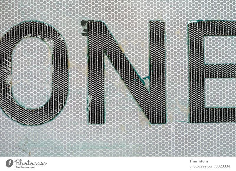 ONE alt grün weiß schwarz Gefühle grau Metall Verkehr Schriftzeichen Schilder & Markierungen Kunststoff trashig Irritation Verkehrszeichen