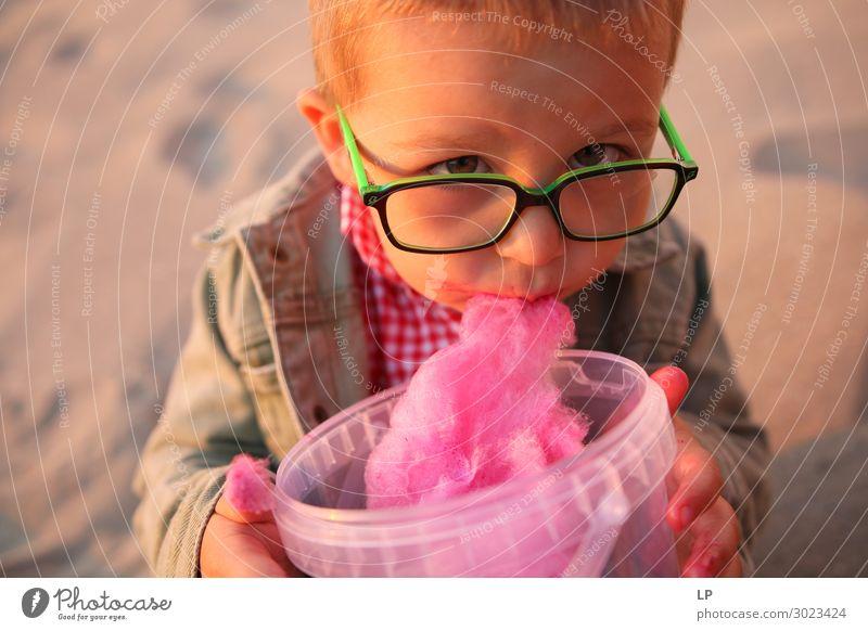 Kind isst Zuckerwatte Lebensmittel Dessert Bonbon Ernährung Essen Lifestyle Mensch Eltern Erwachsene Geschwister Familie & Verwandtschaft Kindheit Gefühle
