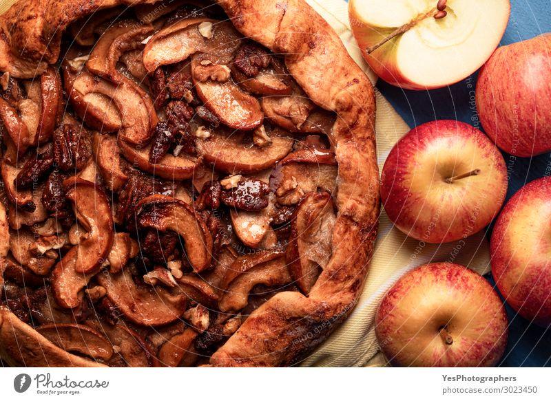 Hausgemachter Apfelkuchen mit Pekannüssen. Herbstliches Dessert Lebensmittel Kuchen Wärme frisch lecker viele gold Tradition Erntedankfest obere Ansicht