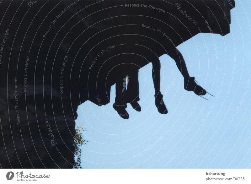 silhoette Kind Himmel blau schwarz Menschengruppe Fuß Luft Schuhe Perspektive Freizeit & Hobby Balkon Hochsitz baumeln