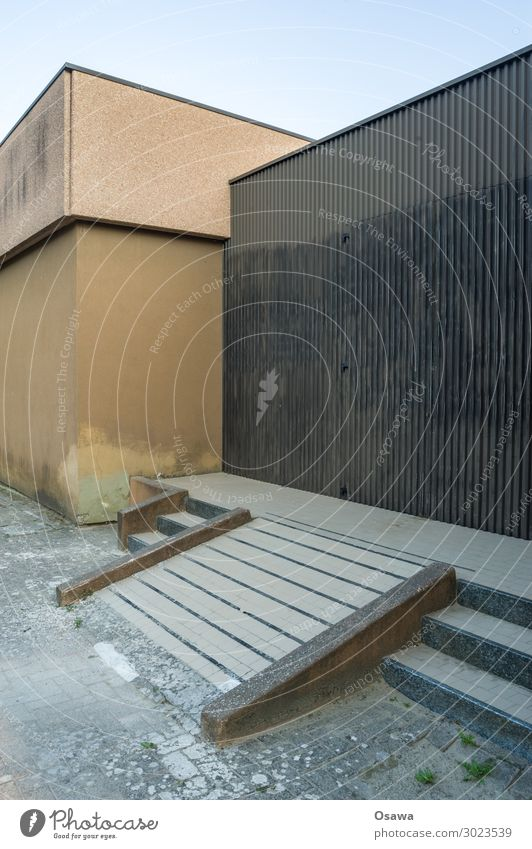 Treppe mit Rampe zu einem ehemaligen Haupteingang Gebäude Haus Architektur Außenaufnahme Fassade Eingang Tür Leerstand verlassen Vergänglichkeit Farbfoto