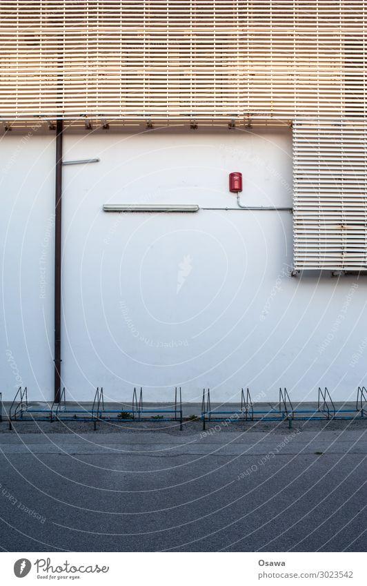 Fahrradständer vor Fassade Wand Gebäude Architektur Beleuchtung Lampe Außenaufnahme Bauwerk Textfreiraum oben Haus grau Stadt Asphalt Textfreiraum Mitte