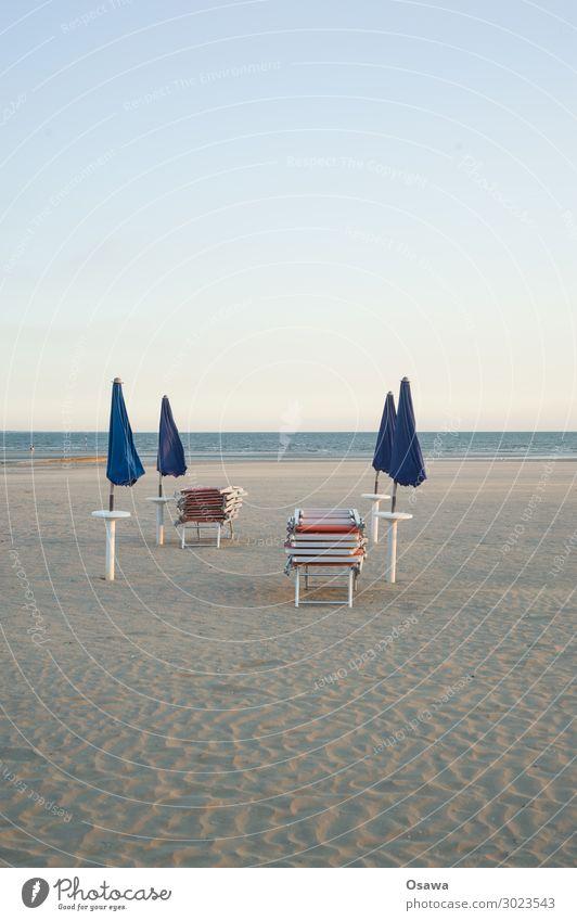 gestapelte Sonnenliegen und geschlossene Sonnenschirme am Strand Meer Küste Sand Ferien & Urlaub & Reisen Sommer Außenaufnahme Sommerurlaub Schönes Wetter