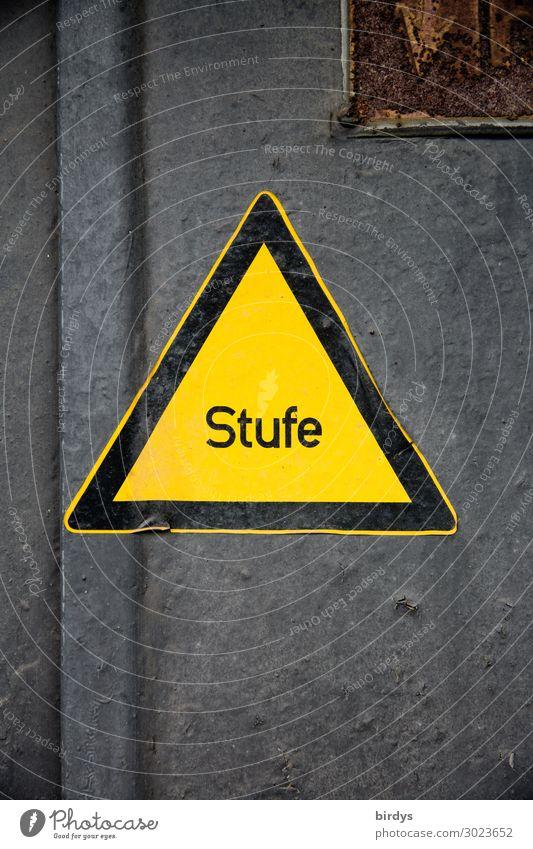 Stufe schwarz gelb Wege & Pfade grau Treppe Tür Schriftzeichen authentisch gefährlich einzigartig Hinweisschild Zeichen Schutz Sicherheit Bildung Risiko