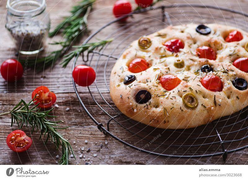 Focaccia mit Tomaten, Oliven und Kräutern focaccia Brot Italienische Küche Sommer Essen zubereiten Gesunde Ernährung Speise Foodfotografie backen rustikal