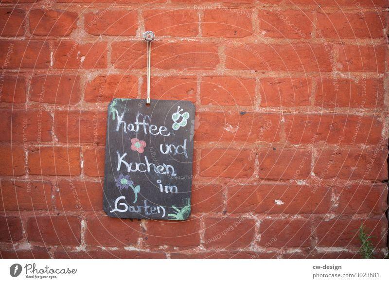 Kaffee und Kuchen im Garten Lebensmittel Essen Lifestyle Wand Glück Mauer Fassade Häusliches Leben Zufriedenheit Ernährung Schriftzeichen Kommunizieren