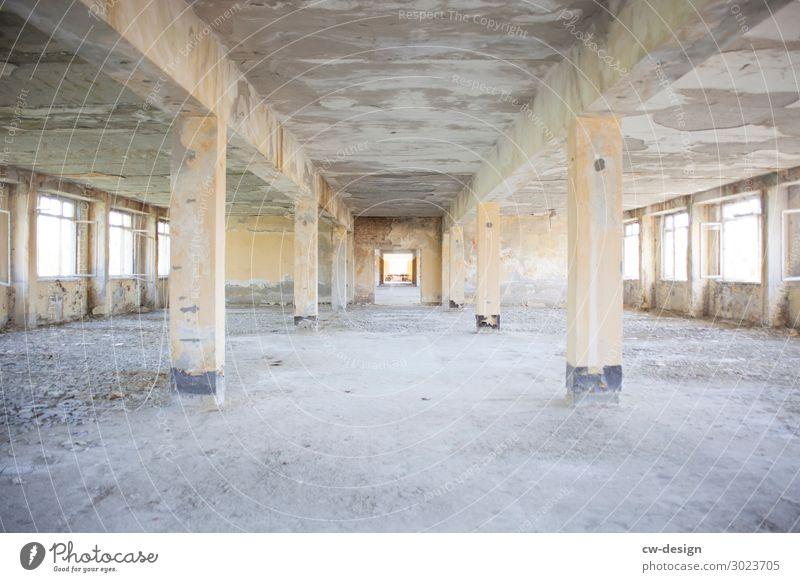 Altes verlassenes Gebäude mit symmetrischer Raumaufteilung alt Verlassenes Haus Industrie Industriefotografie industriell lost places trist Tristesse großraum