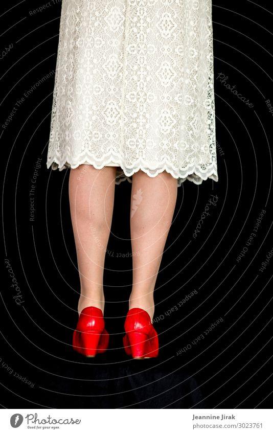 Frau, weißes Kleid, rote Schuhe, Laufmasche rechts elegant Stil Hochzeit feminin Erwachsene Beine 1 Mensch Damenschuhe stehen warten trendy einzigartig dünn