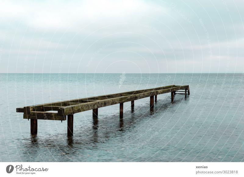 Alter Steg im Wasser Himmel Wolken Klimawandel Wellen Küste Nordsee Ostsee Meer alt kaputt blau braun unbrauchbar Holz Farbfoto Außenaufnahme Menschenleer