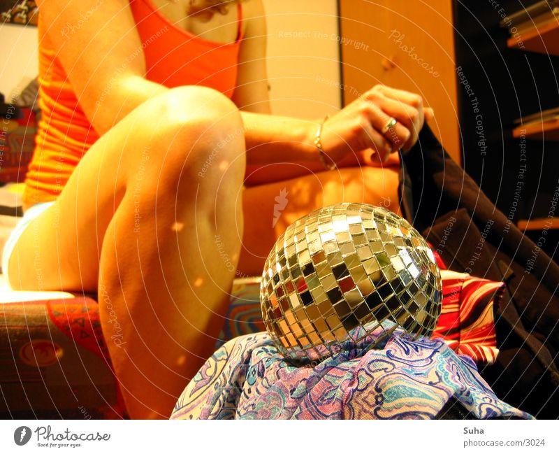 Cover-Session I Discokugel Reflexion & Spiegelung anziehen Makroaufnahme Nahaufnahme Kugel Beine Arme