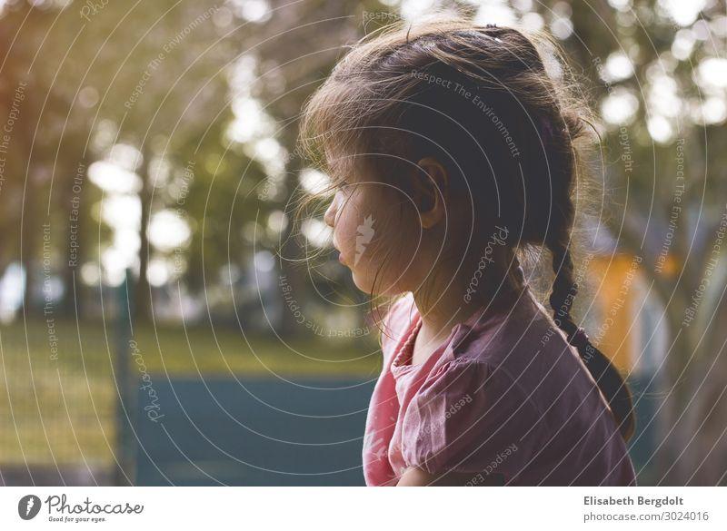 Mädchen blickt träumend aus dem Fenster Sehnsucht beobachten Kind Denken Kleinkind Kindheit Sommer sitzen natürlich ruhig Einsamkeit Farbfoto